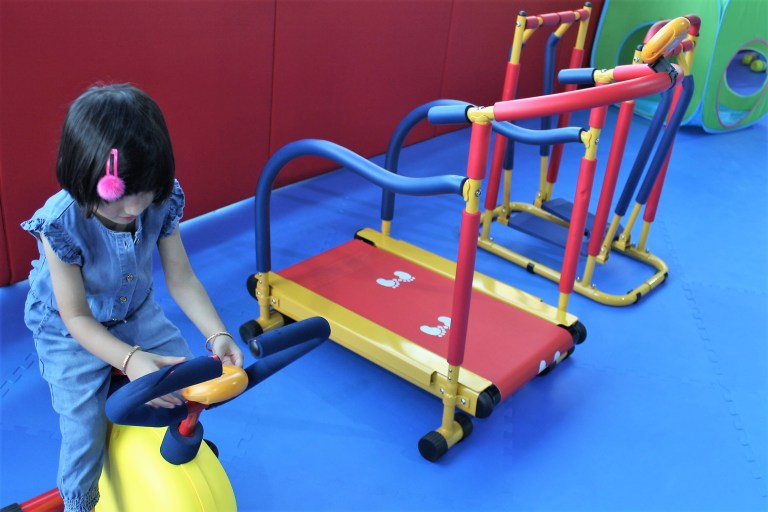 kid playing in kids gym wrts dubai